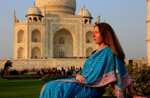Jen Posing in her Saree before the Taj Mahal